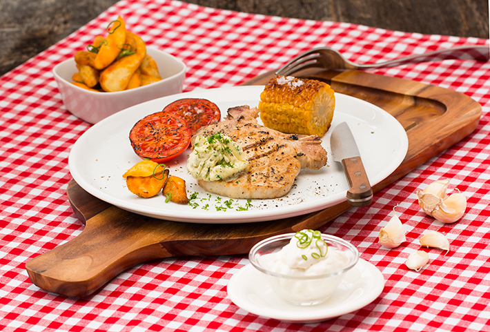 Grillkotelett mit Knoblauchdip und Kräuterbutter